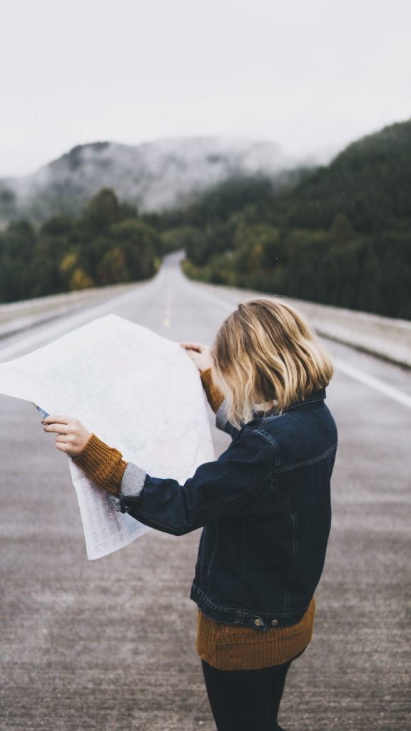 nainen tutkii karttaa maisematiellä